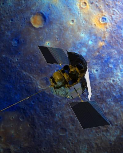 La sonde MESSENEGER devant une image en fausse couleur de la surface de Mercure. Crédits :  NASA/MESSENGER.